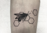 invictus-tattoo-berlin-budapest-rebecca-dotwork-geometric-linework-blackwork-bee