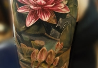 nvictus-Tattoo-Budapest-Berlin-Szilvasi-Gyula-tetovalo-tattooist-artist-Natur-flora-fauna-realistic-realistisch-lotus-flower-blume